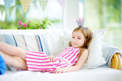 Портрет прелестной маленькой девочки нося платье и тиару принцессы Стоковая Фотография
