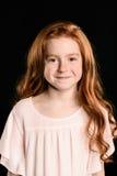 Портрет прелестной маленькой девушки redhead усмехаясь на камере Стоковые Изображения