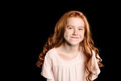 Портрет прелестной маленькой девушки redhead усмехаясь на камере Стоковое Фото