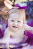 Портрет прелестной усмехаясь девушки в поле лаванды Стоковые Изображения RF