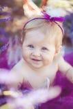Портрет прелестной усмехаясь девушки в поле лаванды Стоковые Изображения
