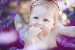 Портрет прелестной усмехаясь девушки в поле лаванды Стоковое фото RF
