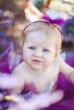 Портрет прелестной усмехаясь девушки в поле лаванды Стоковые Фотографии RF