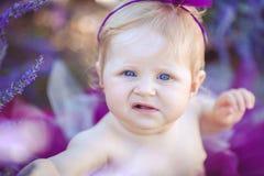Портрет прелестной усмехаясь девушки в поле лаванды Стоковое Фото
