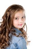 Портрет прелестной усмехаясь изолированной маленькой девочки Стоковые Фотографии RF