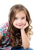 Портрет прелестной усмехаясь изолированной маленькой девочки Стоковое Фото