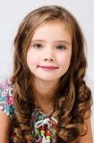 Портрет прелестной усмехаясь изолированной маленькой девочки Стоковая Фотография