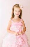 Портрет прелестной усмехаясь маленькой девочки в платье принцессы Стоковое Изображение