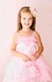 Портрет прелестной усмехаясь маленькой девочки в платье принцессы Стоковые Изображения RF