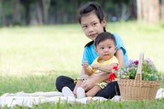 Портрет прелестной улыбки брата и сестры и обнимать в PA Стоковые Фотографии RF