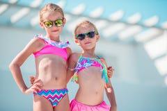 Портрет прелестных маленьких девочек имея потеху на летних каникулах Стоковое Фото