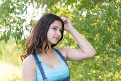 Портрет предназначенной для подростков девушки мечтая в природе Стоковое Фото