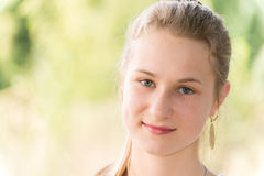 Портрет предназначенной для подростков девушки на природе Стоковое Изображение