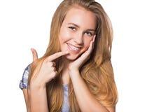 Портрет предназначенной для подростков девушки показывая зубоврачебные расчалки стоковое фото rf