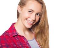 Портрет предназначенной для подростков девушки показывая зубоврачебные расчалки стоковое изображение