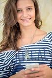Портрет предназначенной для подростков девушки с умным телефоном Стоковое Фото