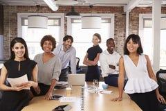 Портрет предпринимателей встречая вокруг таблицы в офисе Стоковое фото RF