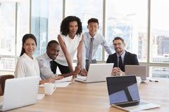 Портрет предпринимателей встречая вокруг таблицы в офисе Стоковое Фото