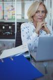 Портрет предпринимателя сидя на офисе Стоковое Изображение RF