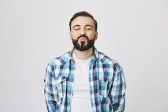 Портрет привлекательного средн-постаретого бородатого человека, ждать поцелуя с сложенными губами и ободрением, закрывая глазами  стоковое фото