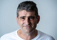 Портрет привлекательного человека грустного подавленные страдая скорба и боль депрессии чувствуя в человеческих выражениях лица э стоковая фотография rf