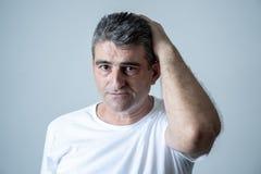 Портрет привлекательного человека грустного подавленные страдая скорба и боль депрессии чувствуя в человеческих выражениях лица э стоковое изображение rf