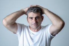 Портрет привлекательного человека грустного подавленные страдая скорба и боль депрессии чувствуя в человеческих выражениях лица э стоковое изображение
