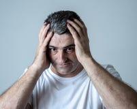 Портрет привлекательного человека грустного подавленные страдая скорба и боль депрессии чувствуя в человеческих выражениях лица э стоковые фото