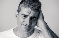 Портрет привлекательного человека грустного подавленные страдая скорба и боль депрессии чувствуя в человеческих выражениях лица э стоковое фото