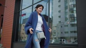 Портрет привлекательной девушки в голубом пальто детеныши модной женщины акции видеоматериалы