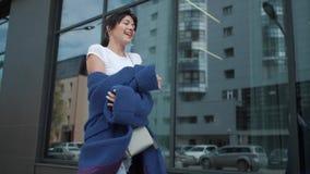 Портрет привлекательной девушки в голубом пальто детеныши модной женщины видеоматериал