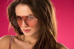 портрет привлекательной девушки в солнечных очках смотря камеру Стоковая Фотография RF