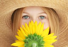 Портрет привлекательной девушки в соломенной шляпе с солнцецветом, крупным планом стоковая фотография rf