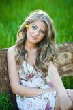 Портрет привлекательной девушки напольный на поле Стоковое Изображение