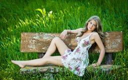 Портрет привлекательной девушки напольный на поле Стоковые Изображения