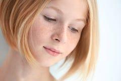 Портрет привлекательной девушки подростка с веснушками, изолированный на белизне стоковое изображение