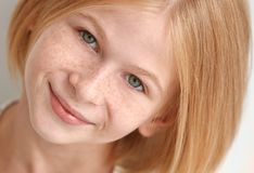 Портрет привлекательной девушки подростка с веснушками стоковые изображения rf