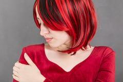 Портрет привлекательной девушки с красными волосами Стоковые Изображения