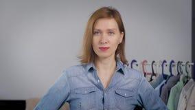 Портрет привлекательной женщины Девушка дома, и приниманнсяая за одежда и мода видеоматериал
