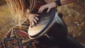 Портрет привлекательной женщины hippie с dreadlocks в древесинах на заходе солнца имея woma hippie полезного времени работы outdo стоковое фото