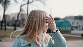 Портрет привлекательной кавказской белокурой женщины Превидение и ободрение Женщина взрослого 30s в стильных пальто и шарфе видеоматериал