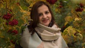 Портрет привлекательной кавказской женщины усмехаясь против предпосылки листвы осени Стоковое Фото