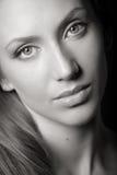 портрет привлекательной коричневой девушки с волосами Стоковые Изображения RF
