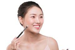 Портрет привлекательной молодой азиатской женщины держа brushs состава Стоковые Изображения