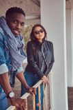 Портрет привлекательной стильной пары Афро-американский парень w стоковые фото