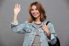Портрет привлекательной усмехаясь девушки в куртке джинсовой ткани Стоковое Изображение RF