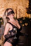 Портрет привлекательной усмехаясь девушки с confetti сусали в бутылке рук champange и рюмках с шампанским ` S Нового Года стоковая фотография rf