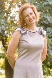 Портрет привлекательной усмехаясь кавказской молодой женщины этничности в парке Стоковые Фото