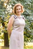 Портрет привлекательной усмехаясь кавказской молодой женщины этничности в парке Стоковая Фотография