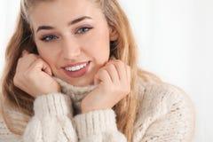 Портрет привлекательной усмехаясь молодой женщины в уютном теплом свитере стоковые изображения rf